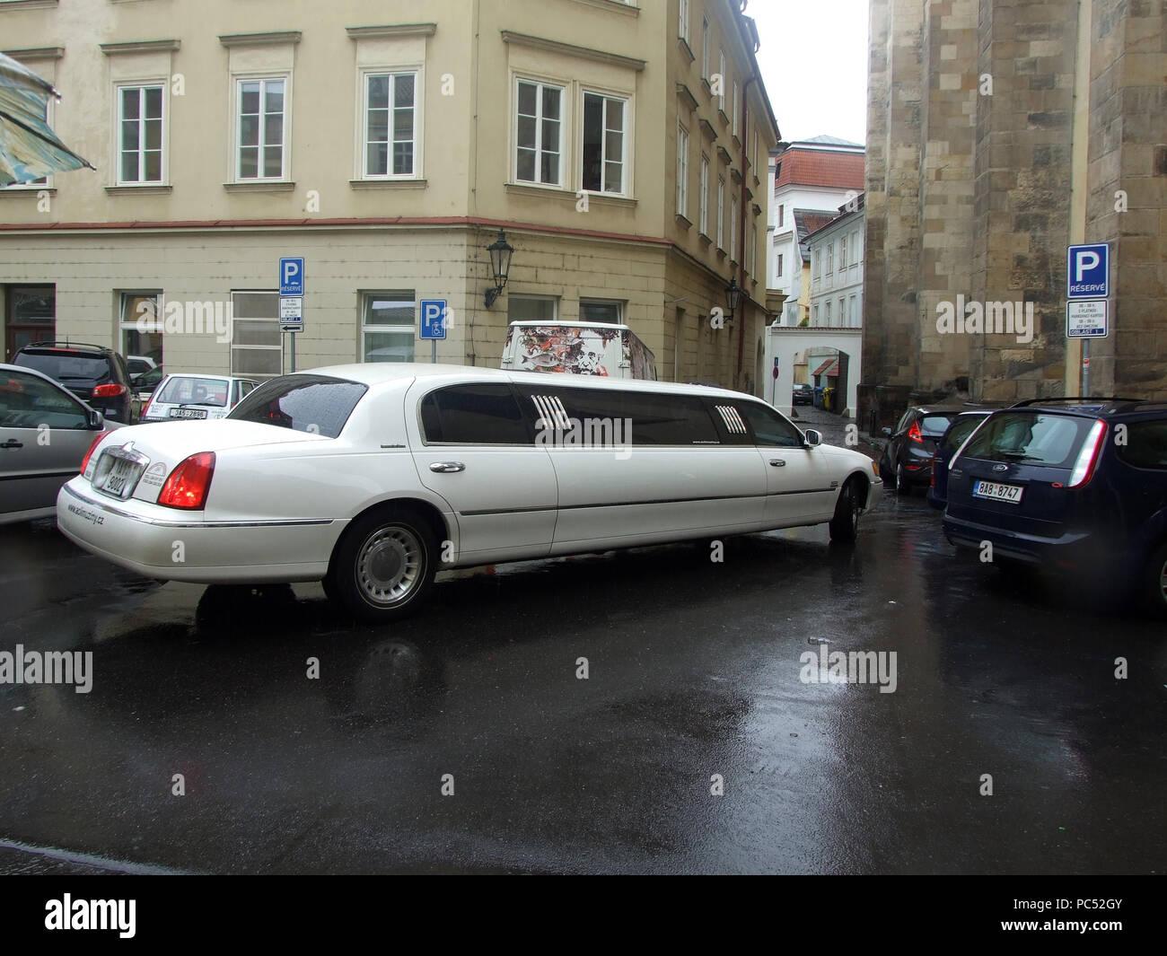 Coche nupcial largo en calles estrechas de la ciudad vieja de Praga Foto de stock