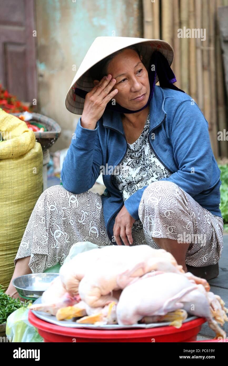 Mujer con sombrero cónico vendiendo pollos. Hoi An. Vietnam. Uso ... 8d1c977a93f