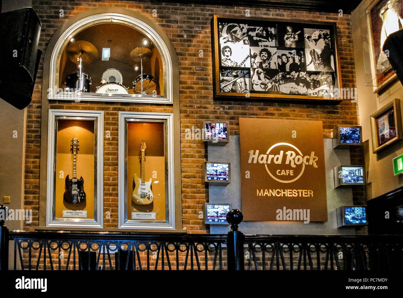 Inglaterra Manchester, Hard Rock Cafe, Eric Clapton Guitar Fotografía de stock - Alamy