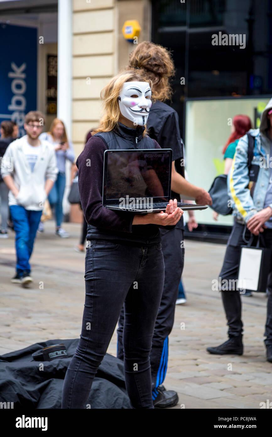 2 de junio de 2018 en Manchester, Reino Unido - Anónimo máscaras protestando contra la crueldad animal en la industria alimentaria Imagen De Stock