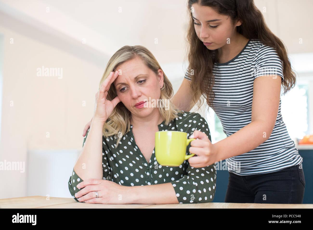 Hija adolescente que beber para los padres que sufren con problemas de salud mental Imagen De Stock