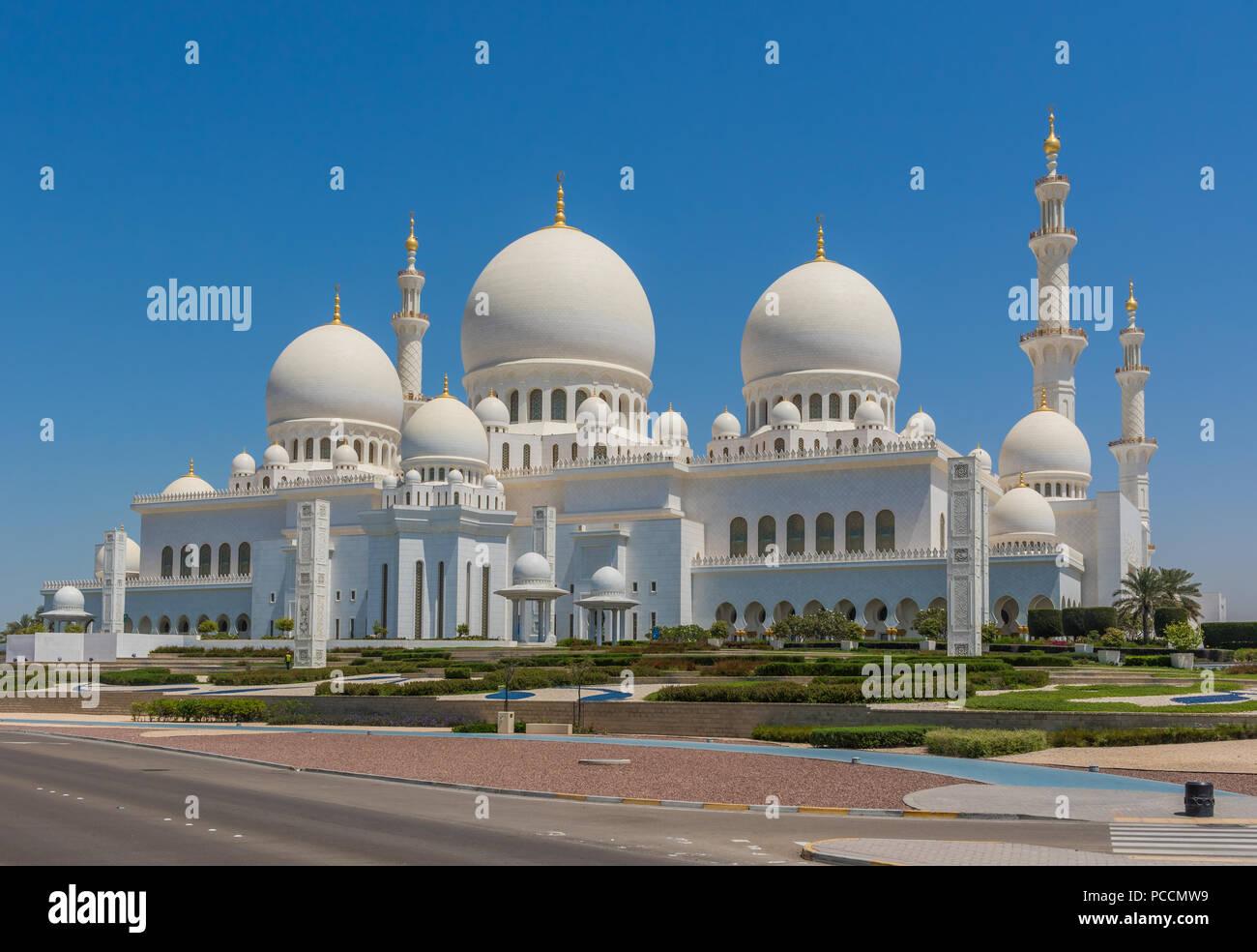 Abu Dhabi - La Mezquita Sheikh Zayed es el hito más reconocibles en Abu Dabhi. Aquí, en particular, un vistazo a su maravillosa arquitectura Foto de stock