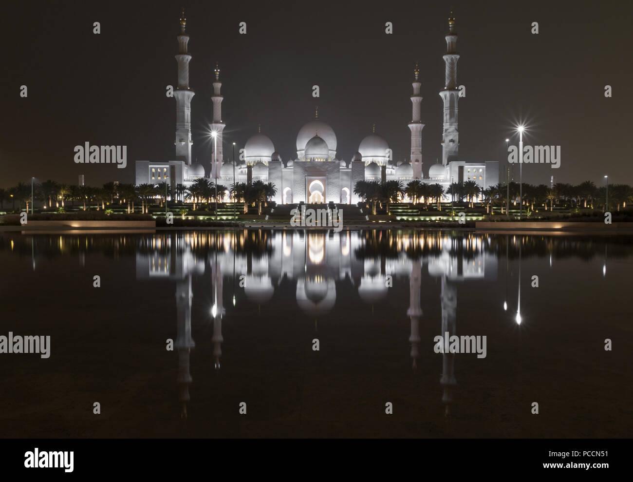 Abu Dhabi - La Mezquita Sheikh Zayed es el hito más reconocibles en Abu Dabhi. Aquí, en particular, un vistazo a su maravillosa arquitectura Imagen De Stock