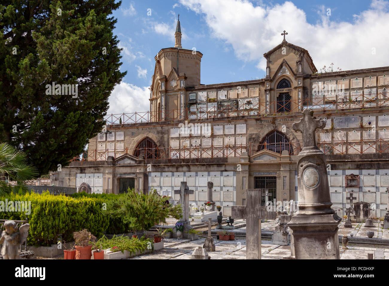 El precioso cementerio que rodea la iglesia de San Miniato al Monte, en Florencia (Toscana, Italia). Foto de stock