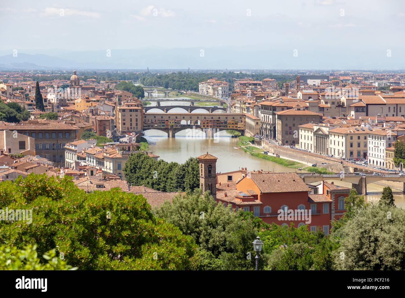Visto desde el punto de vista oriental de la Plaza Michelangelo: los puentes de Florencia, principalmente la icónica Ponte Vecchio (Toscana, Italia). Imagen De Stock