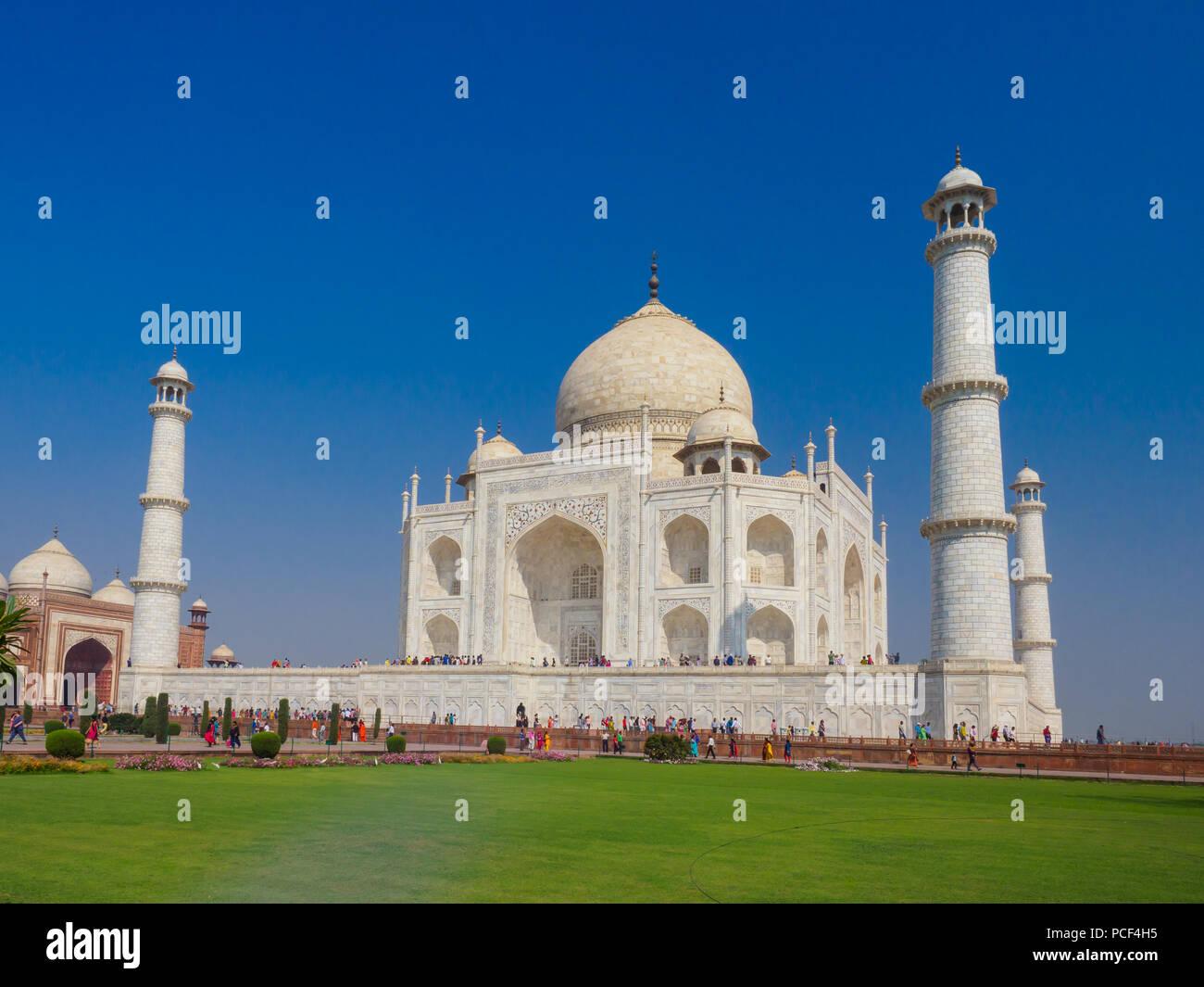 Los turistas que visitan el Taj Mahal, el mausoleo de mármol blanco-marfil en la ciudad de Agra, Uttar Pradesh, India. Imagen De Stock
