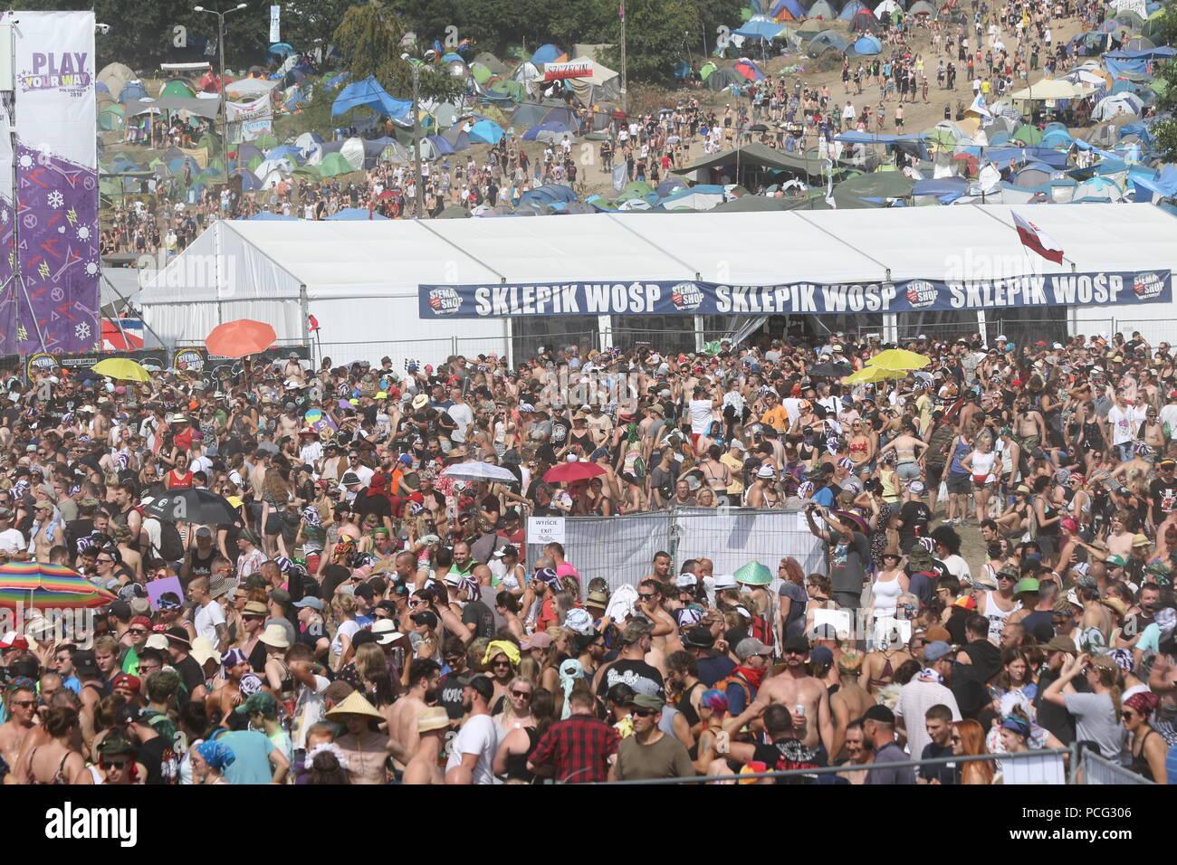 Kostrzyn, Polonia. 2º de agosto de 2018. Gran multitud delante del escenario principal. Apertura de la 24ª Pol'y'Rock Festival cerca de Kostrzyn (Küstrin). La parada 'Woodstock' se convierte en 'Pol'y'Rock'. Cientos de miles de aficionados desde el hogar y en el extranjero se espera que asistan al evento de tres días. Europa no comercial más grande del festival al aire libre se celebrará este año del 2 al 4. De agosto de 2018. Crédito: SAO golpeó/Alamy Live News Imagen De Stock