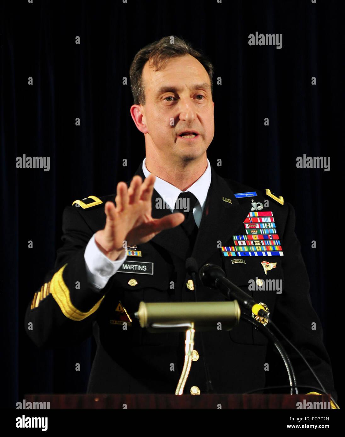 La estación naval de la bahía de Guantánamo, Cuba.- (12 de abril de 2012) - Brig. Gen. Mark S. Martins, la Fiscal Jefe de la Oficina de Comisiones Militares, se ocupa de los medios de comunicación durante una conferencia de prensa después de la Oficina de Comisiones Militares concluyó otra ronda de propuestas legales en nombre de Abd al-Rahim al-Nashiri, Arabia hombre acusado de tramar el 2000 Bombardeo de la USS Cole (DDG-67) en Yemen en la que 17 marineros estadounidenses murieron en el ataque terrorista. Al-Nashiri también está acusado de establecer el de octubre de 2002 Bombardeo del superpetrolero francés MV Limburg, así como un ataque fallido en otro Améric Foto de stock