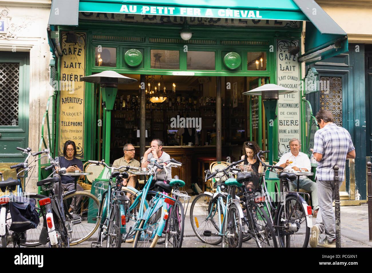ef961950090 Clientes disfrutar del café de la mañana en el cafe au Petit Fer A Cheval  en barrio de Marais en París, Francia.