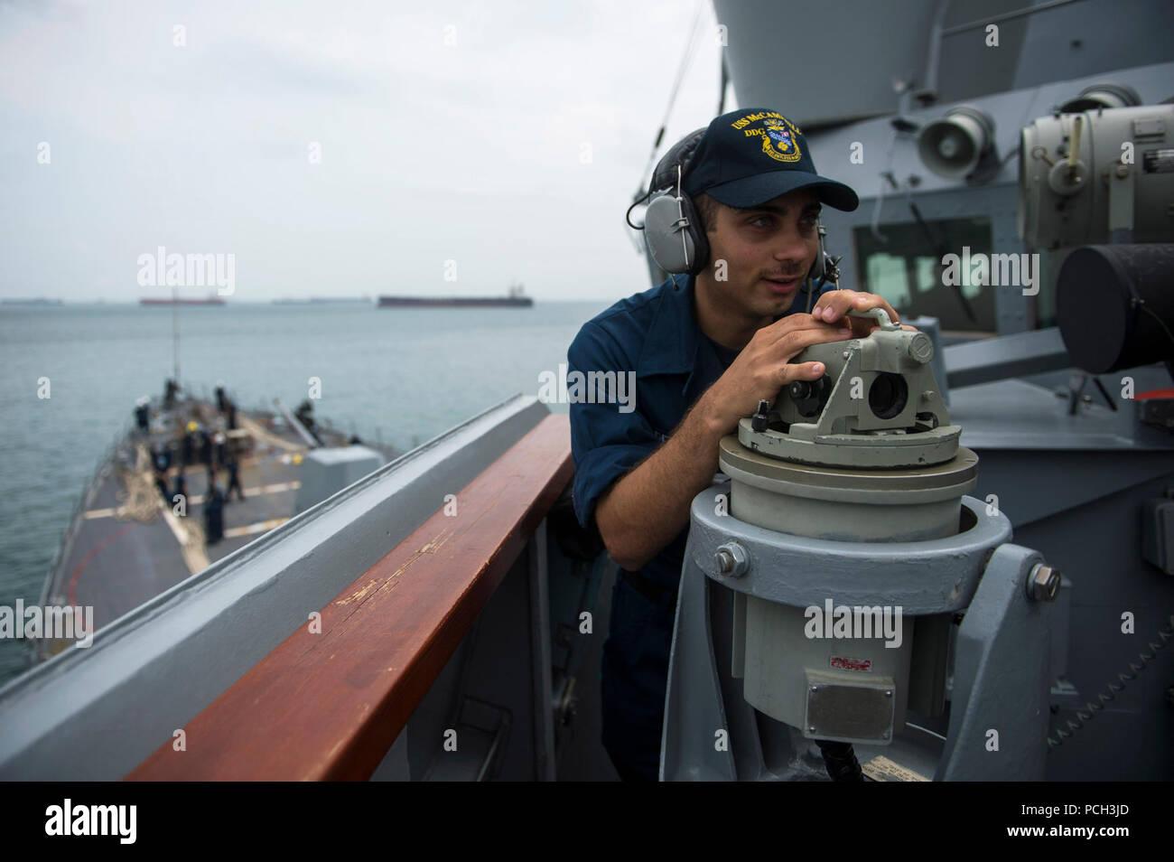 Estrecho de Malaca (Oct. 29, 2013) Intendente Marinero Ryan Defillipo toma un rodamiento de contacto como la clase Arleigh Burke de misiles guiados destructor USS McCampbell (DDG 85) entra en el Estrecho de Malaca. Es McCampbell de patrulla en la zona de EE.UU. 7ª Flota de responsabilidad en apoyo de la seguridad y la estabilidad en la región del Pacífico Indo-Asia. Foto de stock