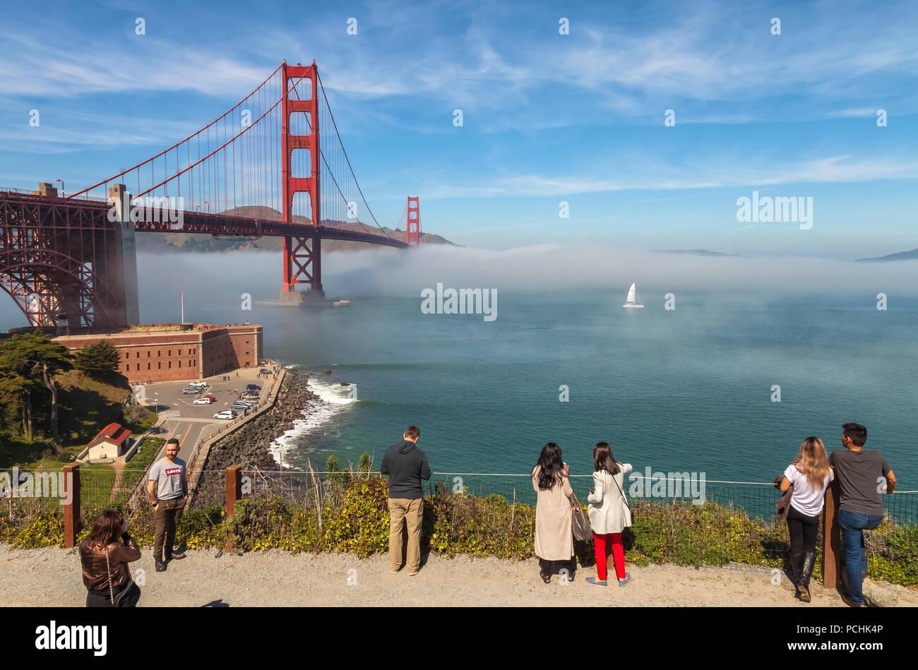 Visitantes en el puente Golden Gate, San Francisco, California, Estados Unidos. Imagen De Stock