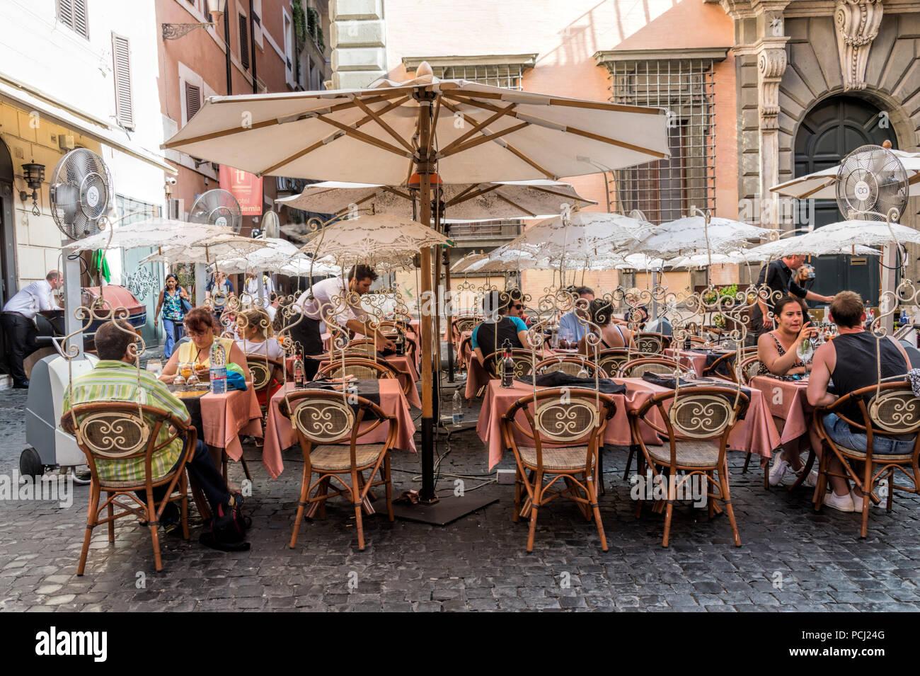 Puntilla sombrillas y paraguas en Ristoro del Patriota Roma Italia Foto de stock