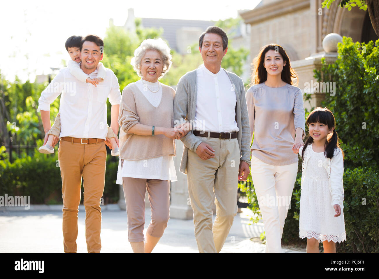 Feliz familia china paseando fuera Imagen De Stock