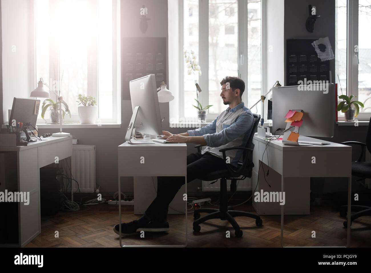 Un hombre que trabajaba en una oficina de diseño moderno Imagen De Stock