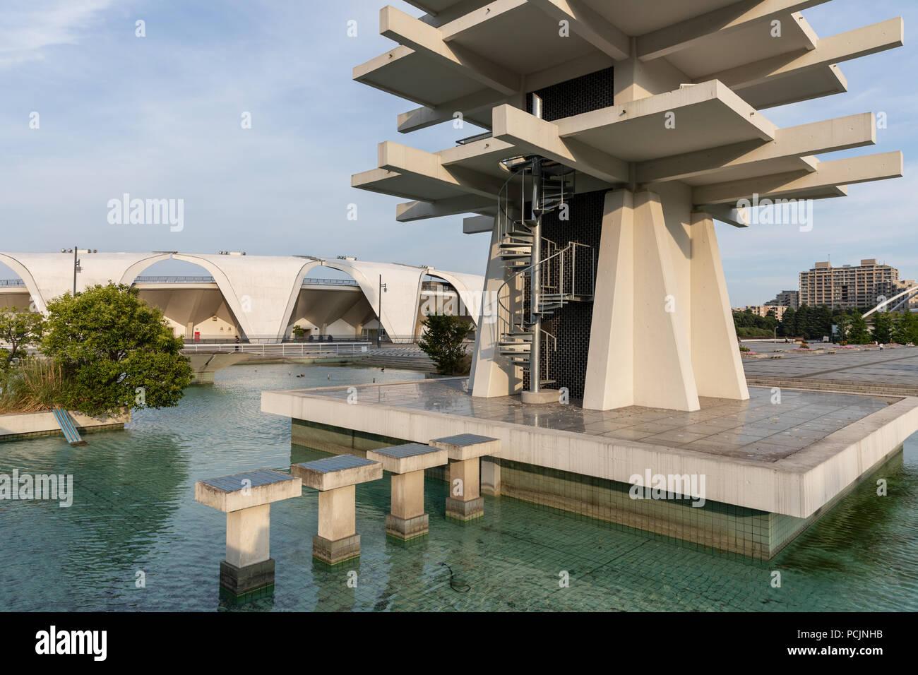 Gimnasio Komazawa (Yoshinobu Ashihara, 1964), construido para los Juegos Olímpicos de Verano de 1964; el Parque Olímpico Komazawa, Tokio, Japón Foto de stock
