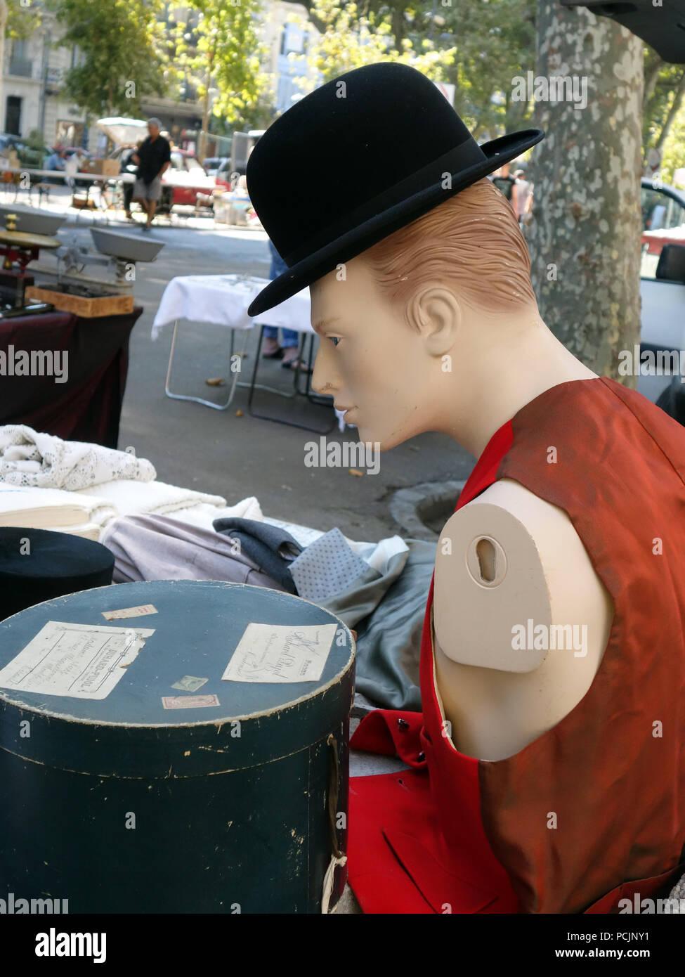 Sombrero sobre un maniquí para la venta en un caluroso día de verano  soleado en el d1dd26136c0