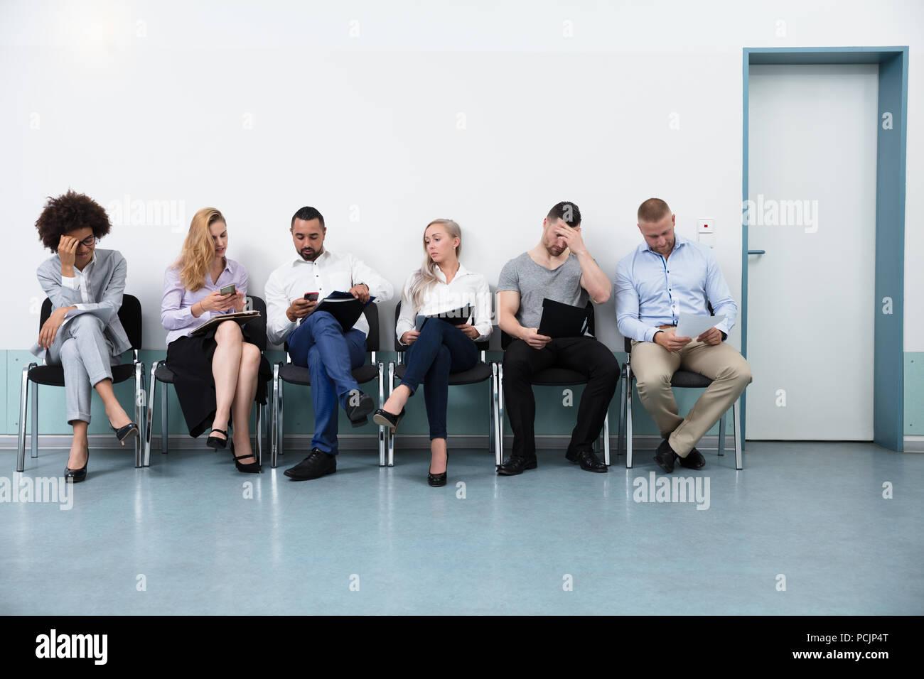 Empleo Para Solicitantes De En Una Los Oficina Sentado Silla zpUGVqSM