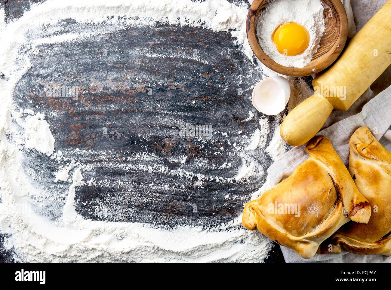 Día de la Independencia chilena hornear concepto. fiestas patrias. Las típicas empanadas chilenas de pino para la fiesta del día de la independencia. Espacio de copia Imagen De Stock