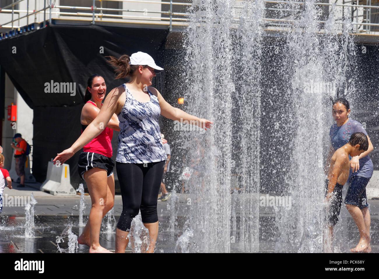 Las personas mantener refrigerado en las fuentes de agua en Montreal en la ola de calor de 2018 Imagen De Stock