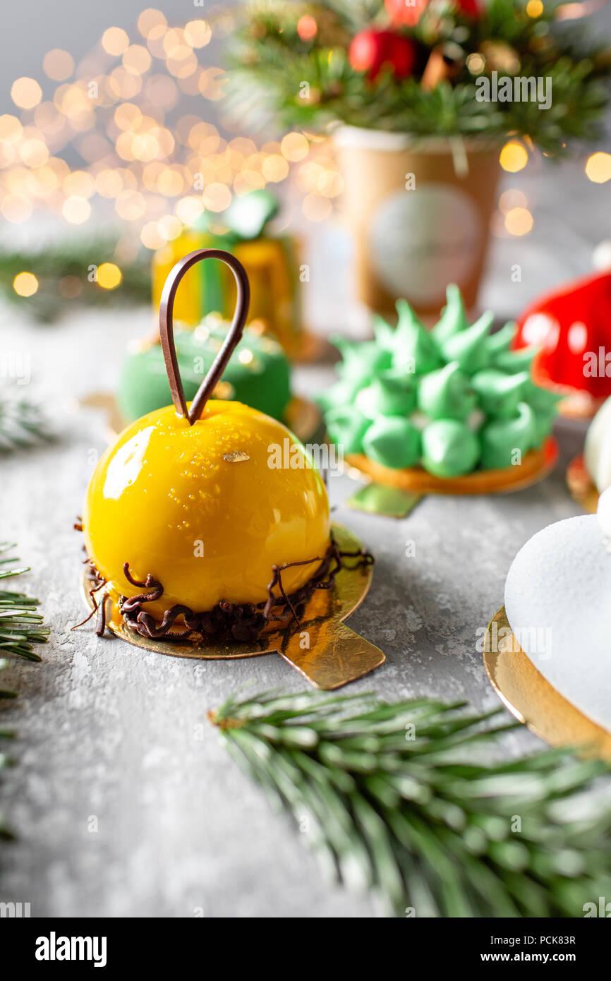Feliz Navidad tarjeta. Variedad de dulces deliciosos pasteles. Ramas de abeto sobre un fondo gris. Feliz Navidad tarjeta. Humor año nuevo Imagen De Stock