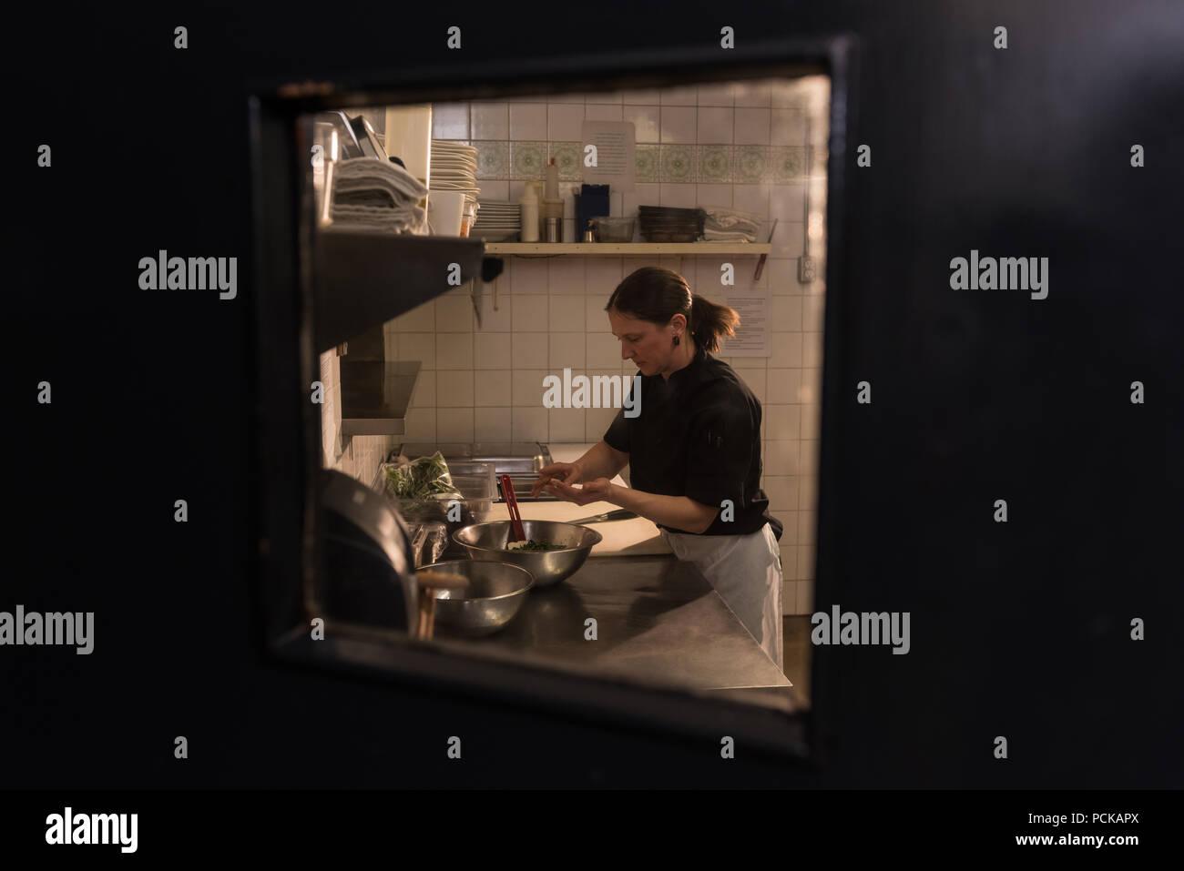 El chef trabaja en la cocina comercial Imagen De Stock