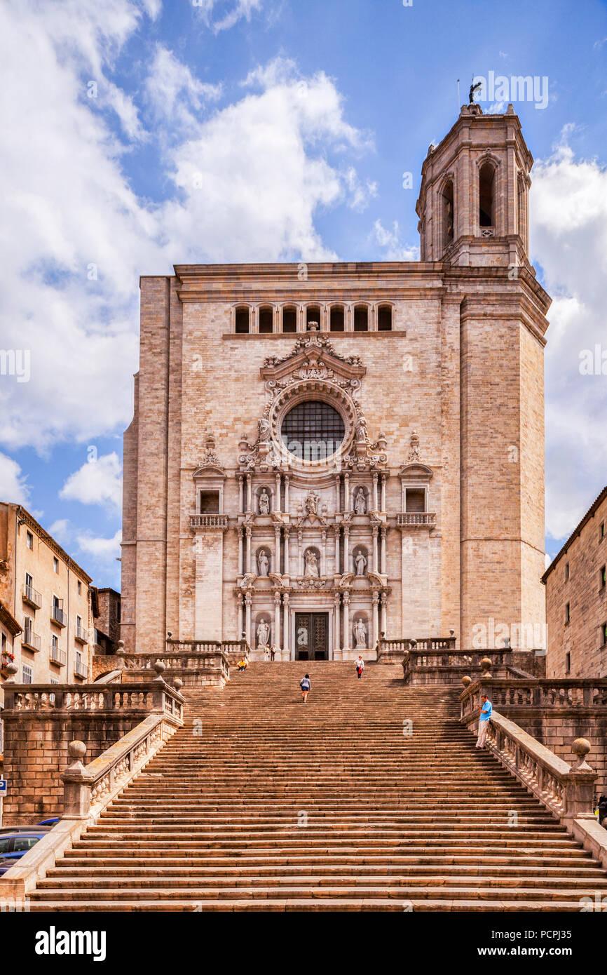 Fachada oeste y enfoque pasos de la Catedral de Santa María de Girona, Girona, Cataluña, España. Imagen De Stock