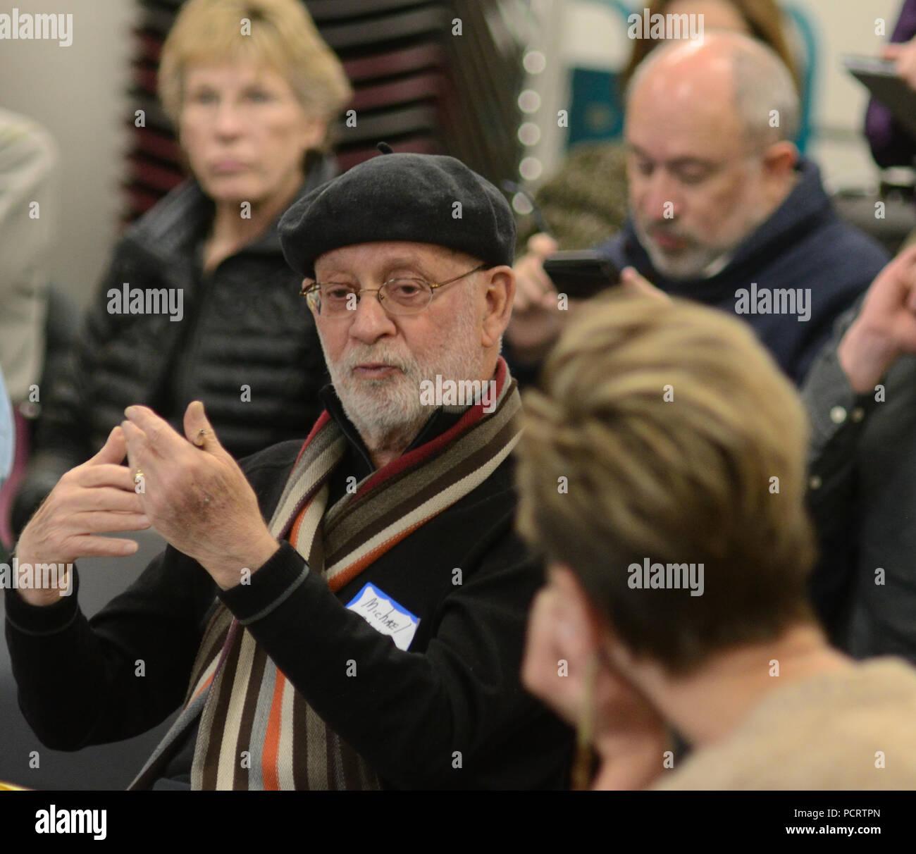 Un abogado residente de Boulder gestos mientras realiza un punto durante un 'Chat' con el Consejo reunido en Boulder. Imagen De Stock