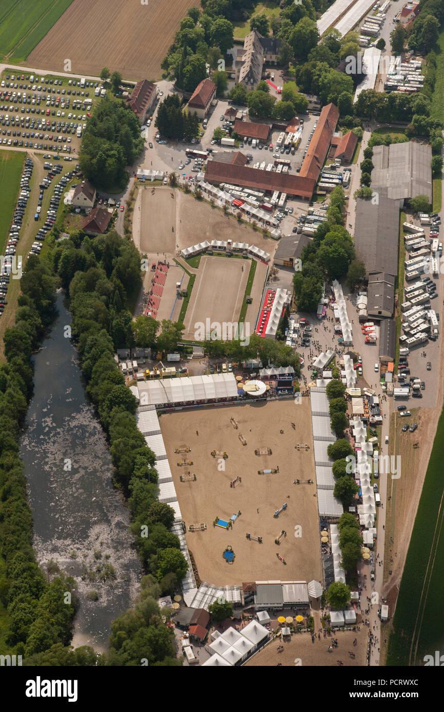 Vista aérea, show de caballos, Balve óptimo, Horse Show Jumping Horse Show, DM, Balve Wocklum cerca del Castillo, vista aérea, centro hípico, Balve, Sauerland, Renania del Norte-Westfalia, Alemania, Europa Imagen De Stock