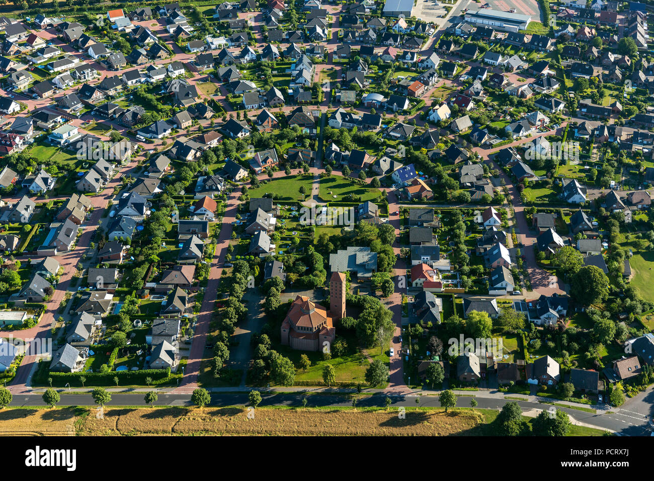 Contorno de herradura, asentamiento con centro social, zona de juegos infantil, asentamiento Hau, Reindershof Bedburg-Hau, Bajo Rhin, Renania del Norte-Westfalia, Alemania, Europa Imagen De Stock