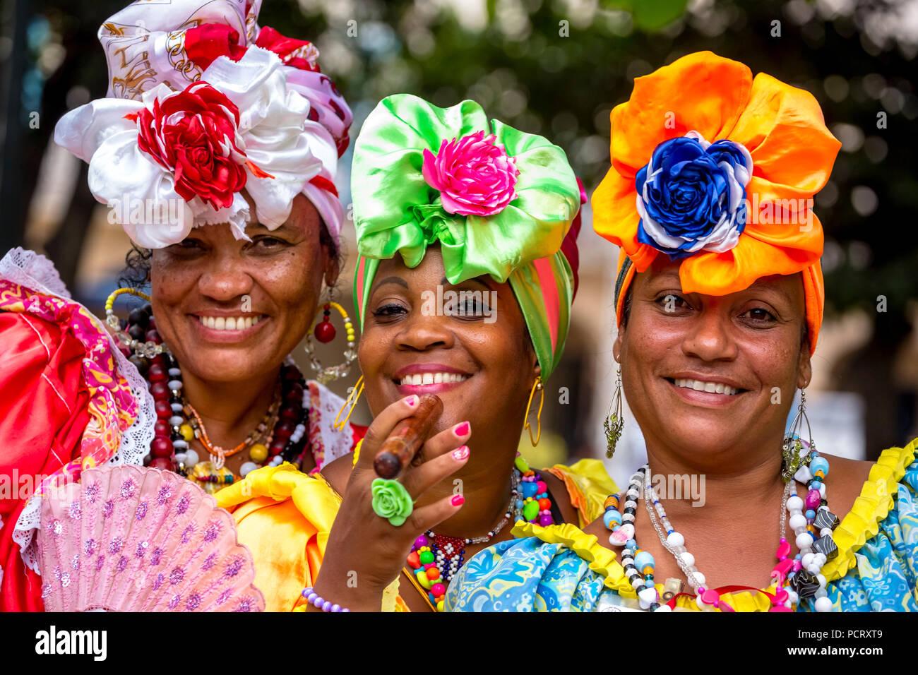 Tres bellezas cubanas en las calles de La Habana Vieja con sus coloridos trajes de estilo español, La Habana, Cuba, el Caribe, América Central, La Habana, Cuba Foto de stock