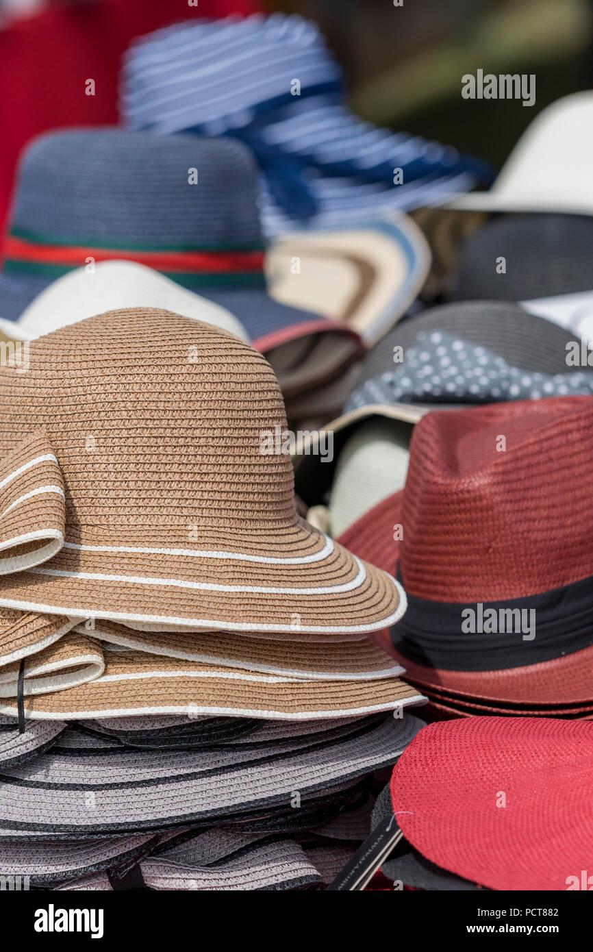 Una selección o variedad de verano de paja y sombreros de tela a la venta en d3c5a82c9bd