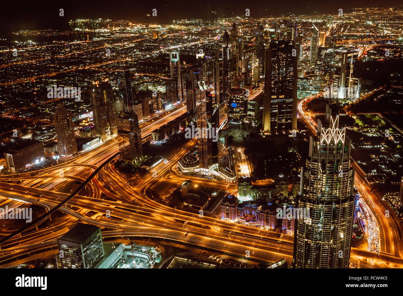 Vista aérea de la ciudad de Dubai y rascacielos en la noche desde la parte superior del Burj Khalifa Foto de stock