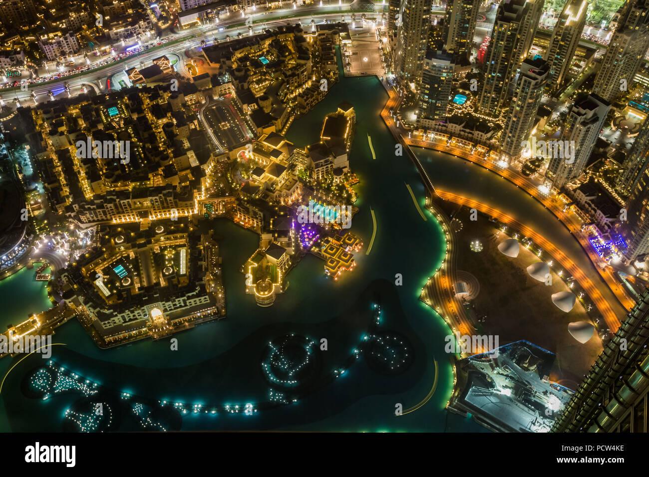 Vista aérea de detalle en la noche de la ciudad y el lago artificial de Dubai, Emiratos Árabes Unidos. Imagen De Stock