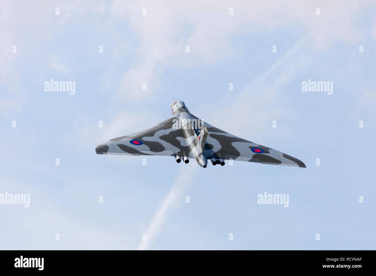El bombardero Vulcan XH558 Guerra Fría del ala delta jet en pleno vuelo durante su último año de vuelo en Aeródromo Headcorn Imagen De Stock