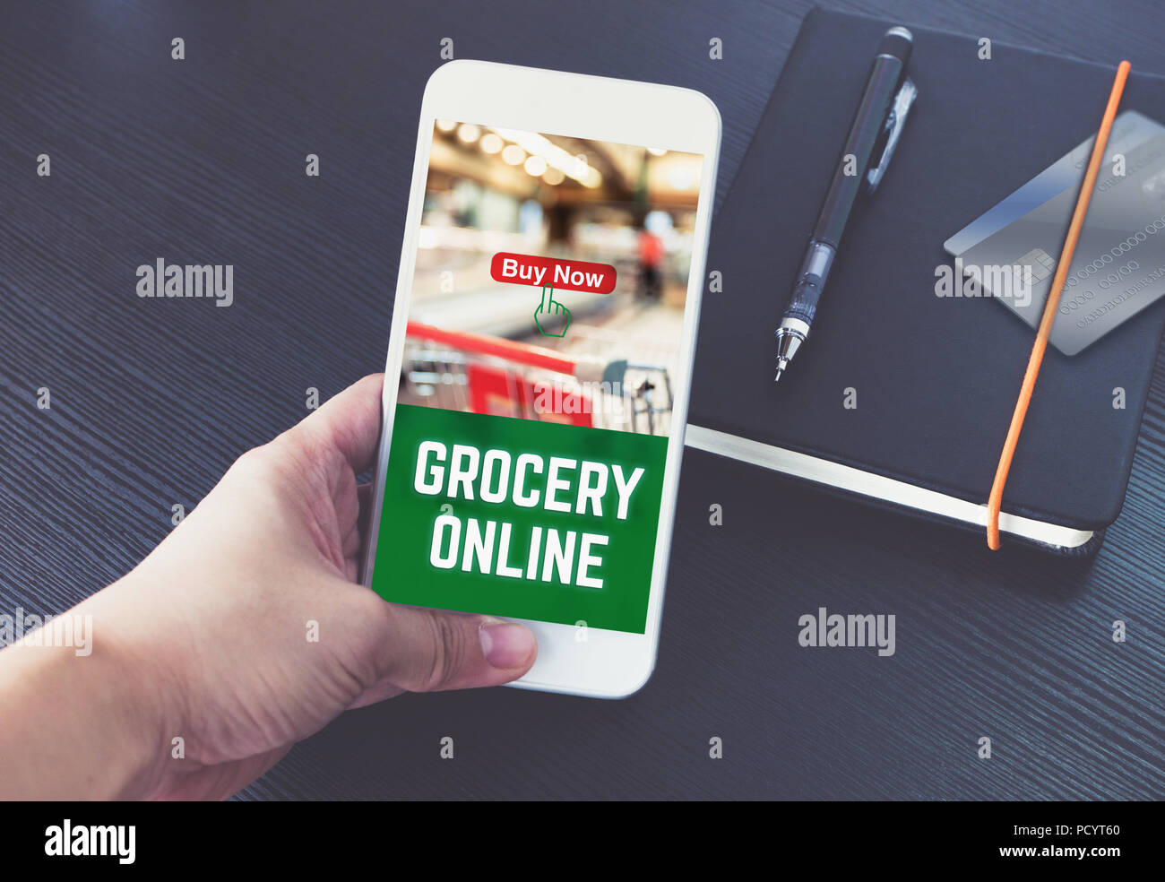 Mano Sujetando El Teléfono Móvil Y El Orden En Línea De Comestibles