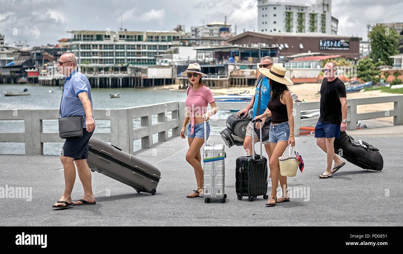Los turistas de Tailandia. Los hombres occidentales en un tailandés vacaciones de golf con el equipo de golf niña tailandesa y acompañantes. Imagen De Stock