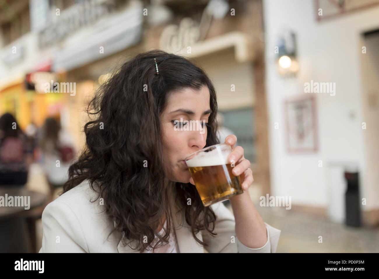 Mujer Bebiendo Cerveza En El Bar De La Terraza Foto Imagen