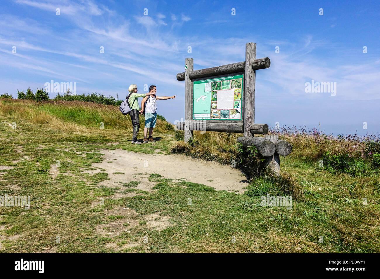 Los turistas en un viaje, information board, Velka Javorina, Bilé Karpaty montañas fronterizas Czech-Slovakian Imagen De Stock