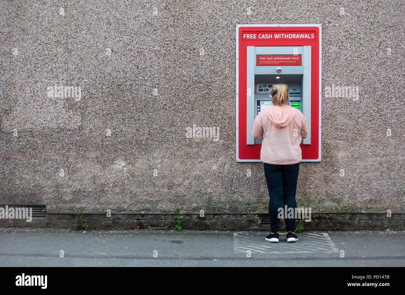 Mujer con un cajero automático Imagen De Stock