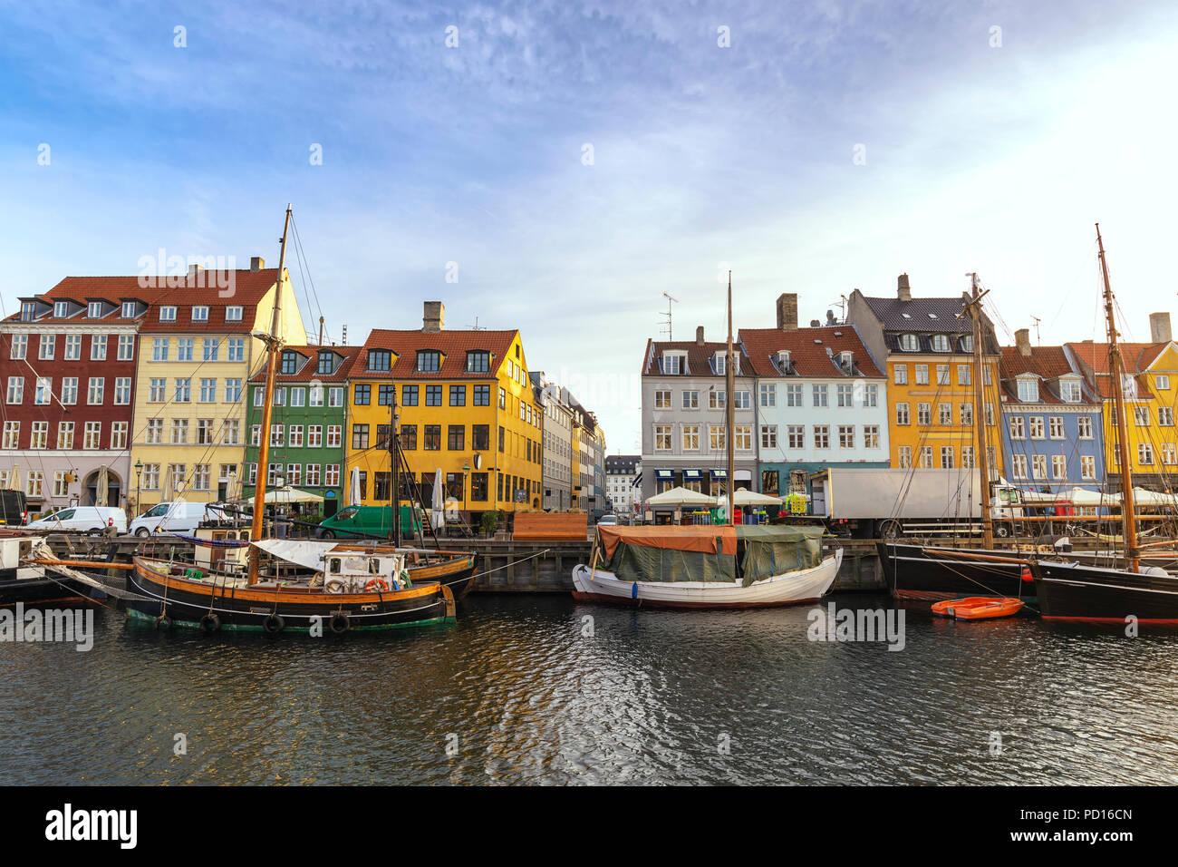 El horizonte de la ciudad de Copenhague en puerto Nyhavn, Copenhague, Dinamarca Foto de stock