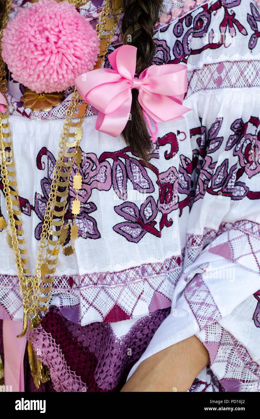 Detalles de un panameño vestido tradicional. Existen variantes dependiendo de la zona geográfica, el propósito de uso y técnicas de confecciones Imagen De Stock