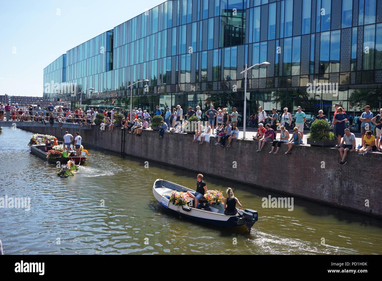 Delft, Países Bajos, 5 de agosto de 2018:Westland Boat Parade (Varend Corso),espectáculo festivo, barcos decorados con flores y verduras, colorido desfile de flores de vela en el Westland región Crédito: SkandaRamana/Alamy Live News Imagen De Stock