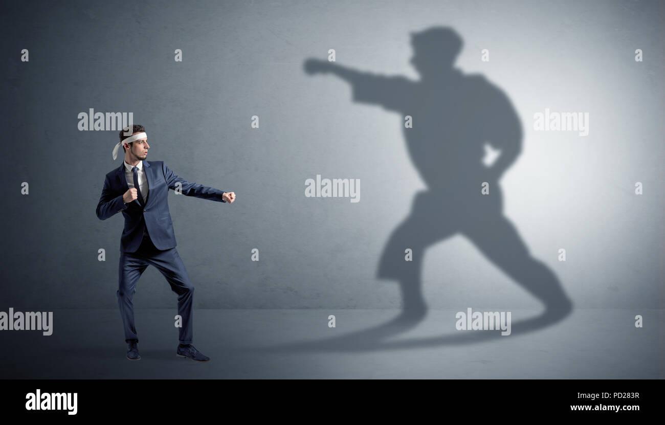Joven Hombre karate confrontar con su propia sombra Imagen De Stock