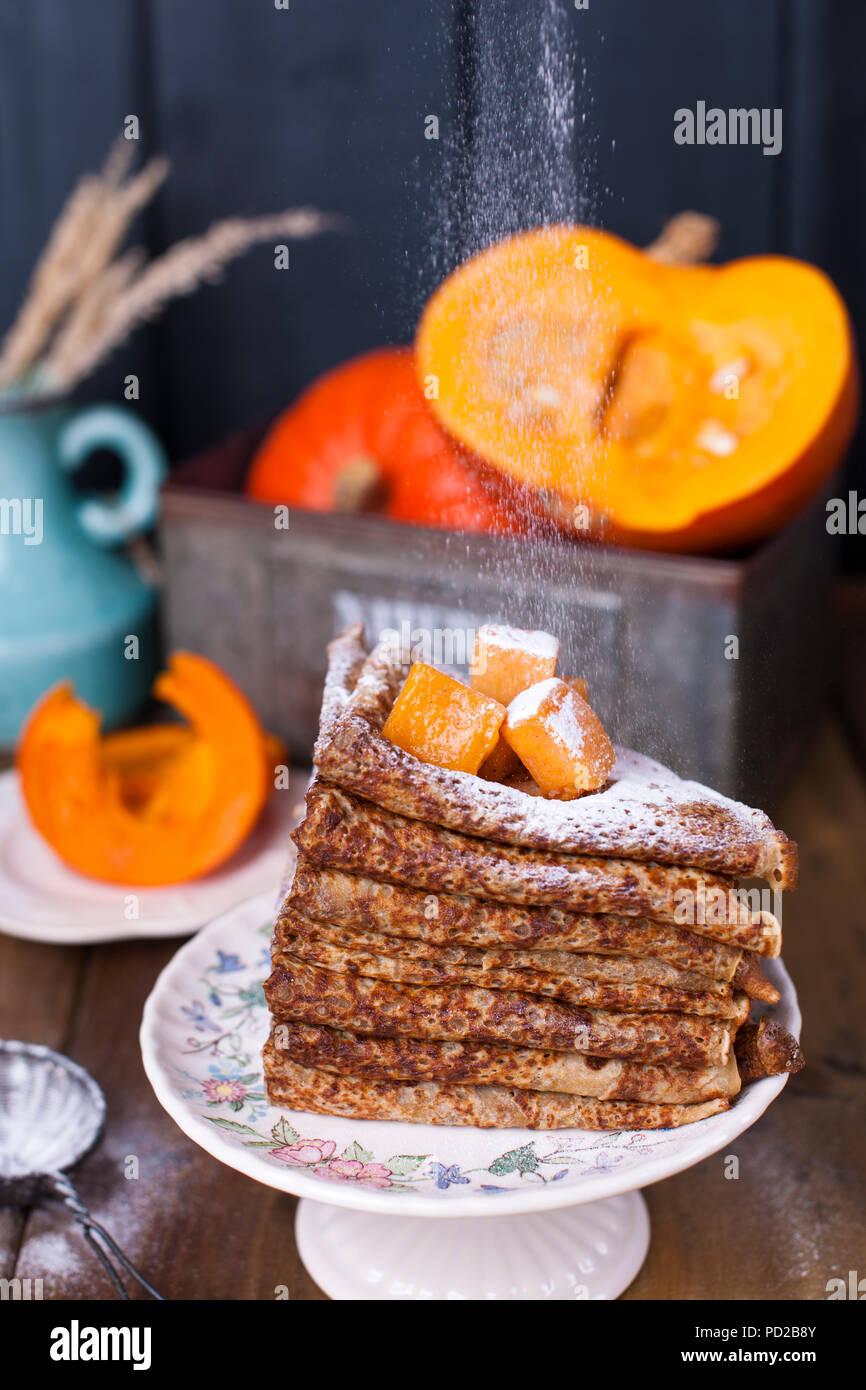 Deliciosas tortitas de desayuno casero, con calabaza y miel. Desayuno para toda la familia. Foto de estilo rústico. Espacio de copia Imagen De Stock