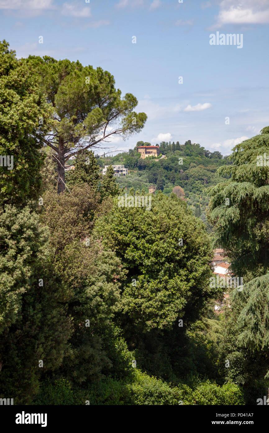 Un chalet situado en una zona verde el asentamiento en la cima de una colina, visto desde los jardines de Boboli en Florencia (Toscana, Italia). Foto de stock