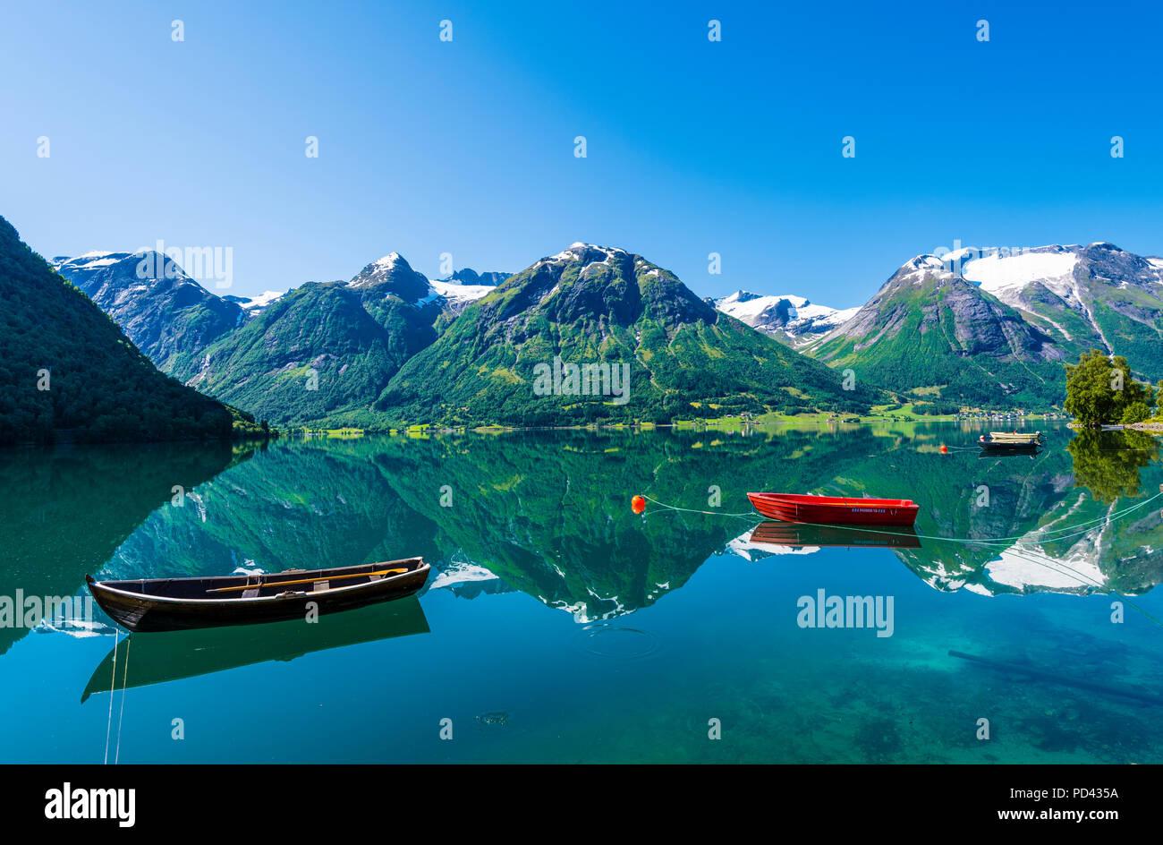 Hjelle, en el oeste de Noruega, bellamente situado junto al lago Oppstrynsvatnet. Imagen De Stock