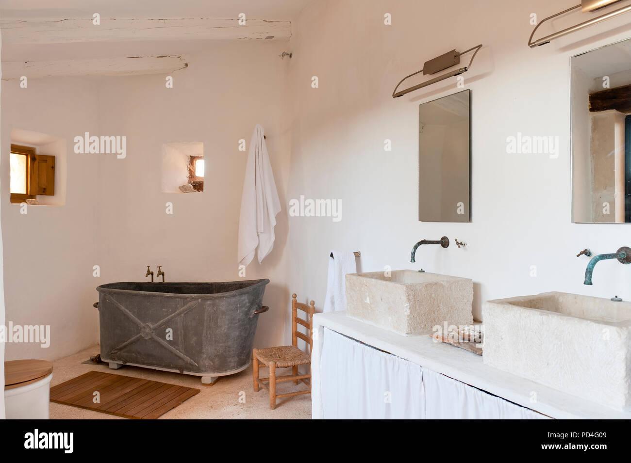 Baño de metal en el cuarto de baño rústico Foto & Imagen De ...