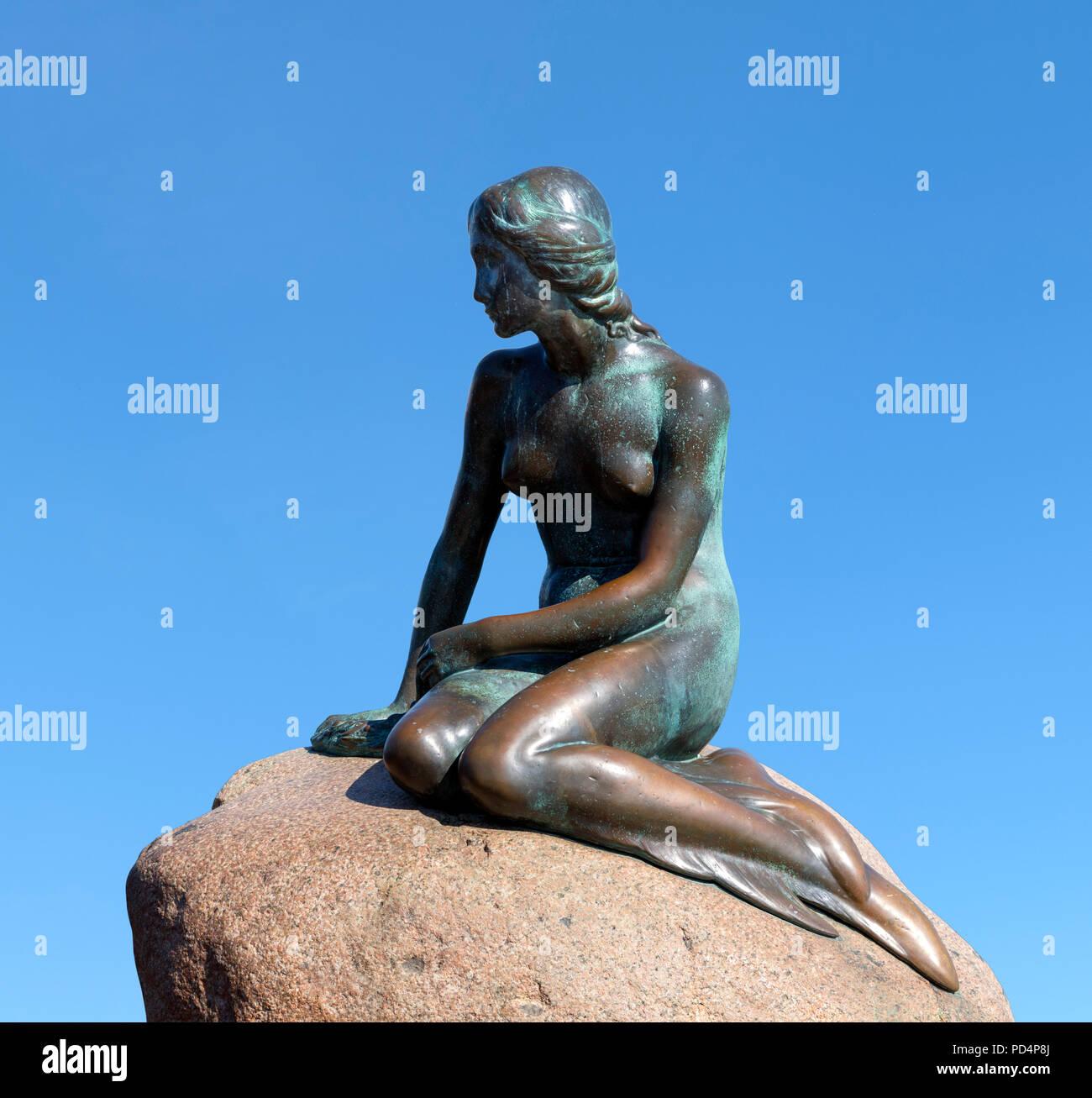 La Sirenita de Copenhague. Den Lille Havfrue, una estatua por Edvard Eriksen en el paseo marítimo de Langelinie, Copenhague, Dinamarca Imagen De Stock