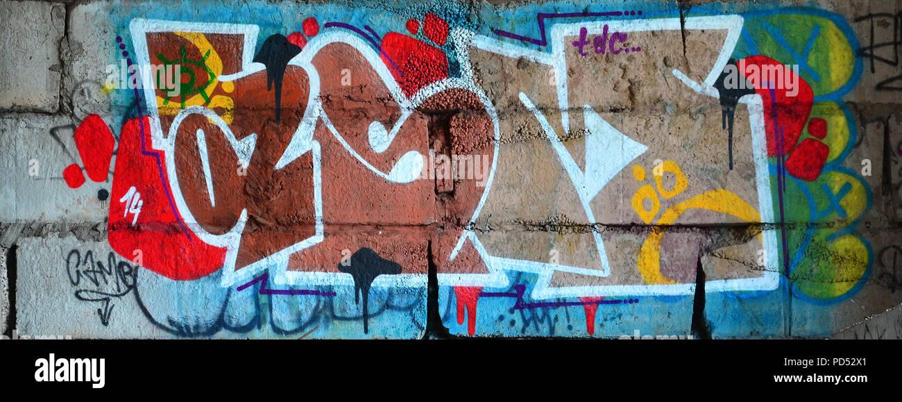 Imagen detallada de muy viejo y envejecido color dibujo de graffiti en la pared. Antecedentes grunge street art fotografía Foto de stock