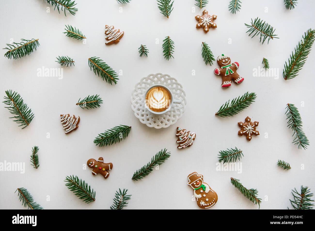 Una taza de café capuchino con sabor fresco. Cerca del paisaje en la Navidad o el Año Nuevo estilo. Concepto de Navidad. Imagen De Stock